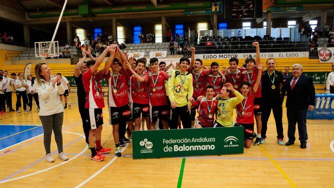 El Cajasur Córdoba BM cadete masculino celebra el título autonómico.