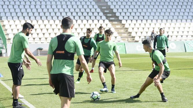 Álvaro Aguado golpea el balón en un rondo con sus compañeros durante el entrenamiento de ayer.