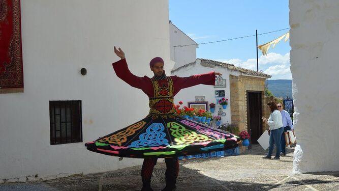 Un danzante muestra una vestimenta de época.
