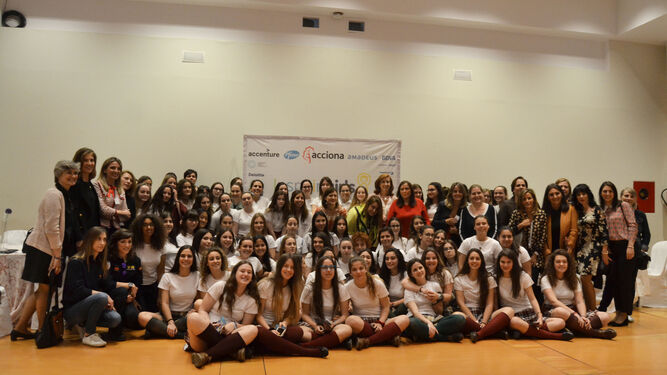 Las escolares y las responsables de la fundación tras la celebración de la jornada de trabajo en la Diputación.