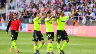El Córdoba CF celebra su victoria con los desplazados en Vallecas.