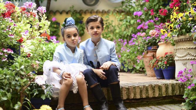 Dos niños se toman una foto en el patio de Gutiérrez de los Ríos, 33.