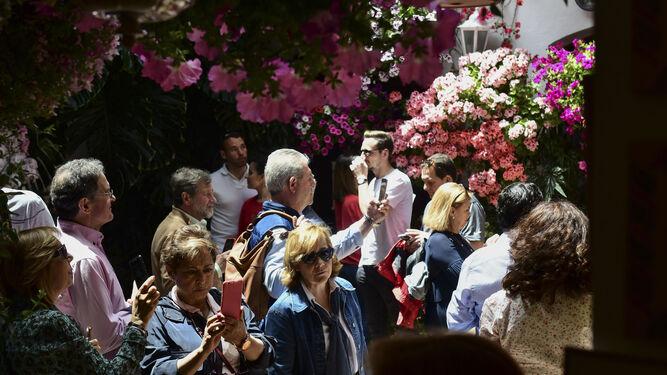 El patio de Parras, 5, repleto de turistas.