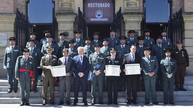 Foto de familia de todos los galardonados, frente al Rectorado de la UCO.