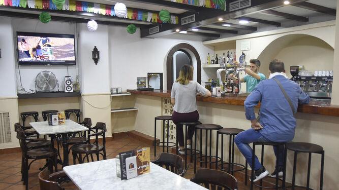 Vista del salón interior del Café-Bar La Familia.