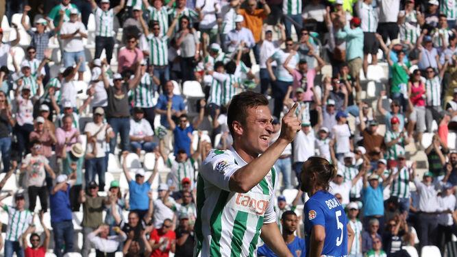 Sasa Markovic celebra el tanto de la victoria en la última visita del Almería.