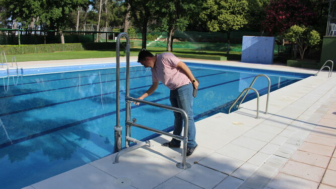 La piscina del polideportivo contar con un elevador para for Piscina municipal cordoba