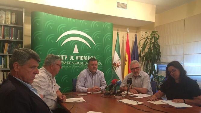 Sánchez de Puerta, Cobos, Zurera, Fernández de Mesa y Quintero, ayer, durante la reunión de la Mesa del Regadío.