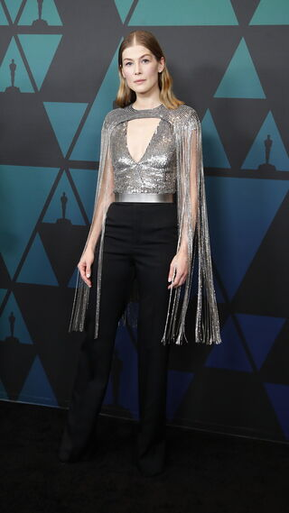 Rosamund Pike, con un top de Givenchy.