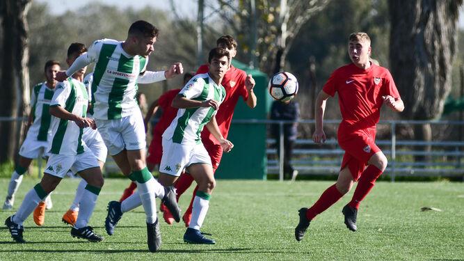 Un jugador del Córdoba cabecea el balón en el reciente duelo ante el  Sevilla. ca16f81b6464f