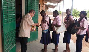 Antonio César Fernández reparte algunos regalos a las chicas del centro de promoción femenina que fundó.