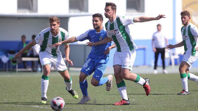 Dos jugadores del Córdoba B cierran el paso a un atacante del Guadalcacín. 552d80fe28810
