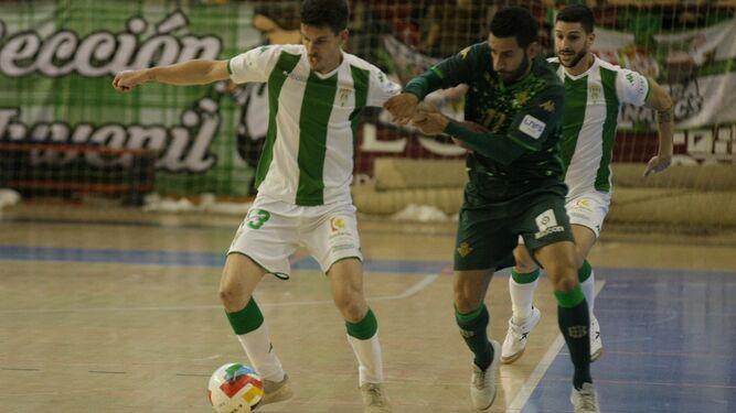 5d17b0c1b Keko protege el balón ante la presión de un jugaro del Betis Futsal.
