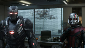 James Rhodes / Máquina de Guerra (Don Cheadle) y Scott Lang / Ant-Man (Paul Rudd) en 'Vengadores: Endgame'.