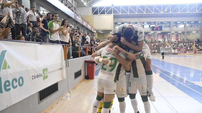 7b1b6b045 Los jugadores del Córdoba Futsal celebran uno de sus goles al Rivas.