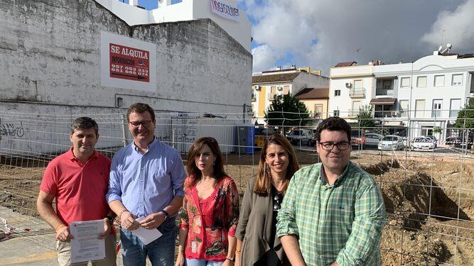 Los ediles del PP en el lugar donde está prevista una nueva gasolinera.