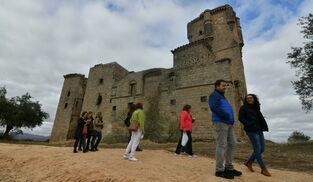 Un grupo de los primeros visitantes del restaurado Castillo de Belalcázar