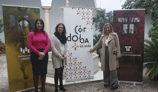 Purificación Joyera, Inmaculada Silas e Isabel Albás, junto a la imagen promocional de Córdoba.