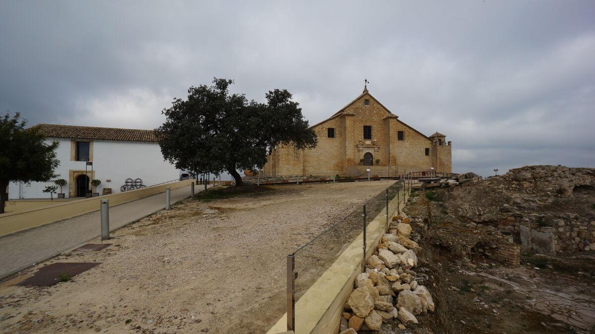 Un grupo de investigadores busca restos de la muralla íbera en la ladera del Castillo de Montilla