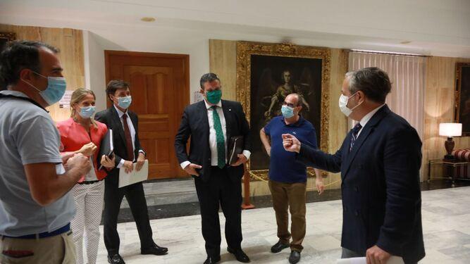 Salvador Fuentes conversa con representantes de Cajasur y Eurocaja Rural antes de firmar los préstamos.