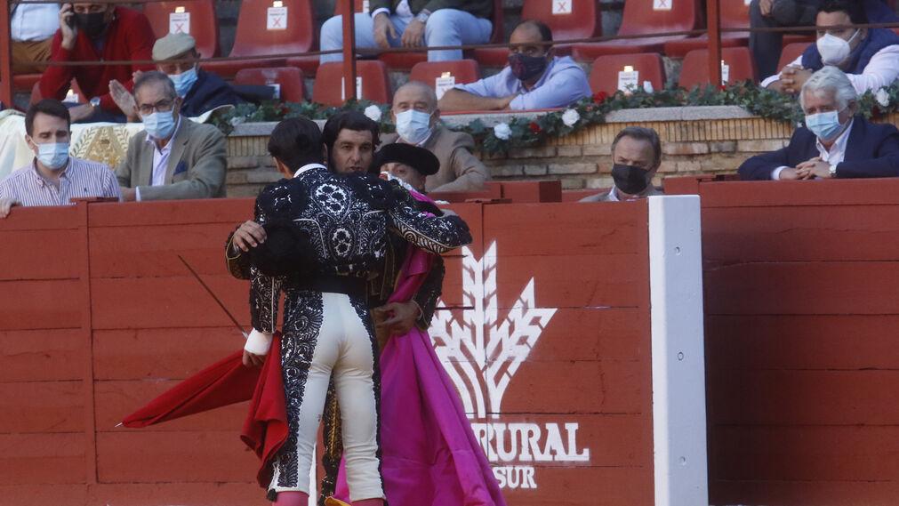 Una foto de Morante cada día - Página 4 Mano-Morante-Juan-Ortega-Cordoba_1509759520_126754571_1011x569