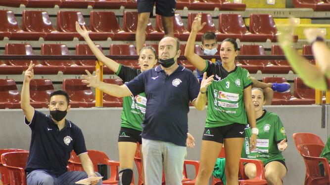 Asun Batista, de pie a la derecha, protesta una jugada desde el banquillo junto al técnico, Rafael Moreno.