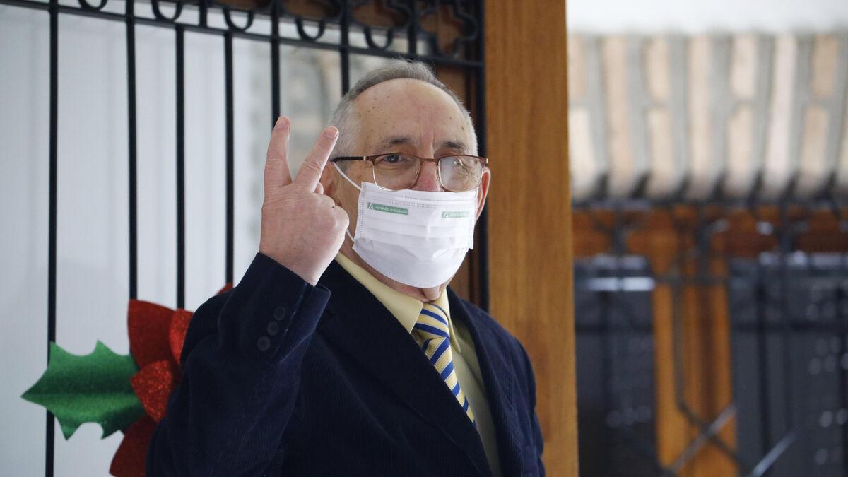 Manuel Prieto hace la señal de la victoria minutos antes de vacunarse contra el covid.