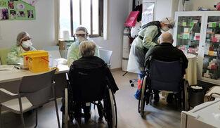 Pruebas PCR en la residencia de mayores de Iznájar.