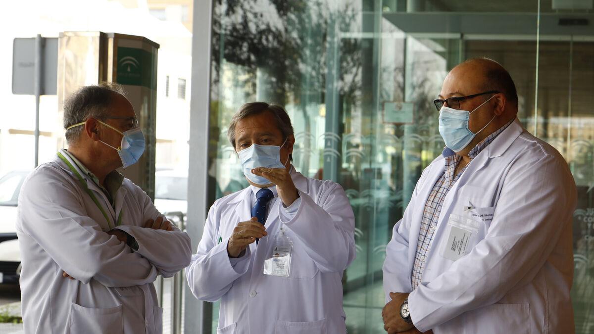 Rafael Sánchez, Javier Fonseca y José Gascon en el centro de salud Carlos Castilla del Pino.