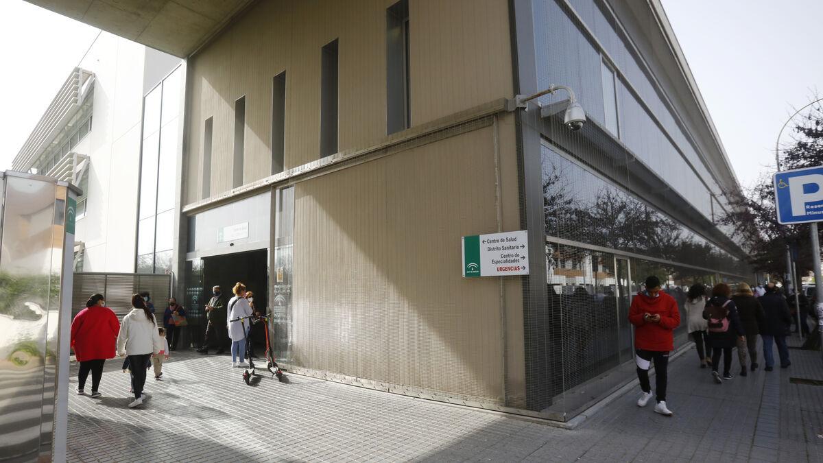 Varias personas esperan para entrar al centro de salud.