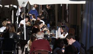 Varias personas en una terraza de Córdoba.