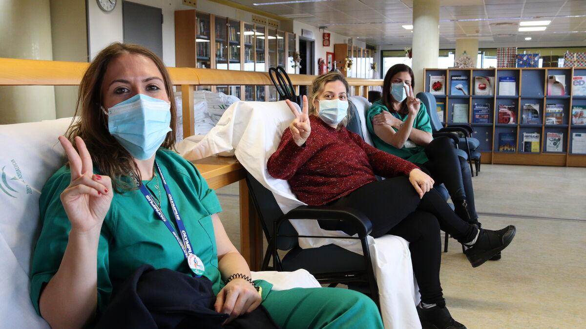 Profesionales del Reina Sofía, en la zona de recuperación tras vacunarse.