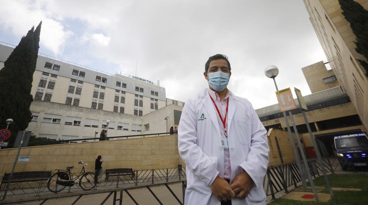 José Rumbao, delante del Hospital General del Reina Sofía.