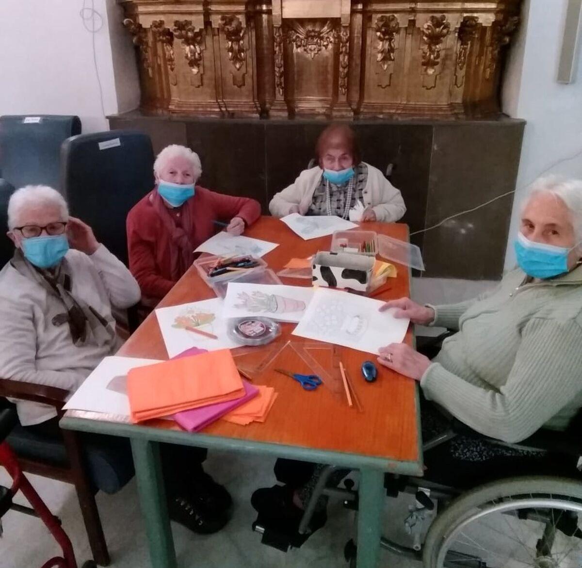 Varias usuarias de la residencia San Juan de la Cruz, en una actividad.