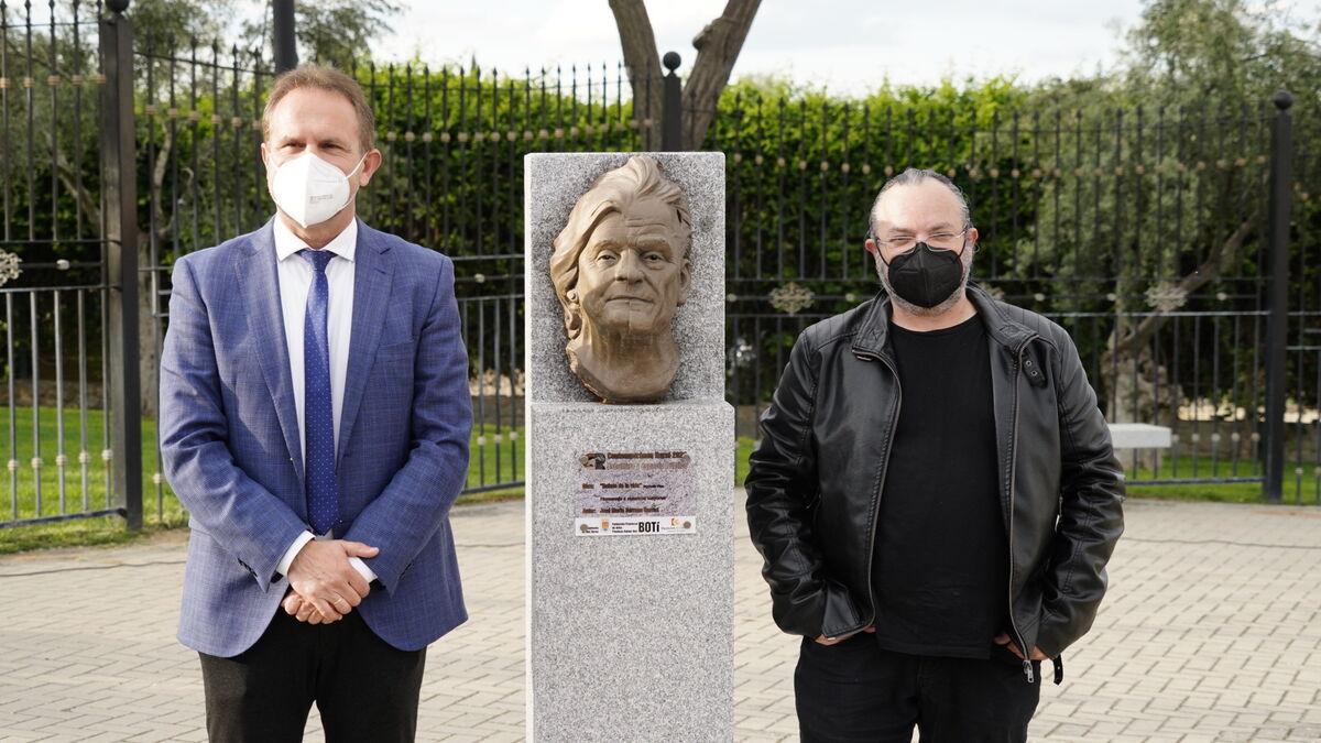 El alcalde, con el escultor.