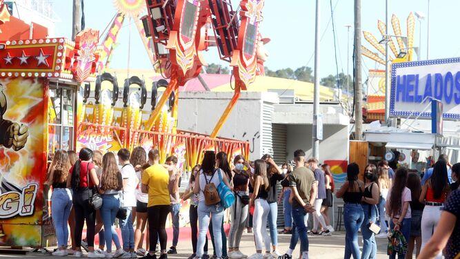Cola para subirse a una de las atracciones del Vive Park, en El Arenal.