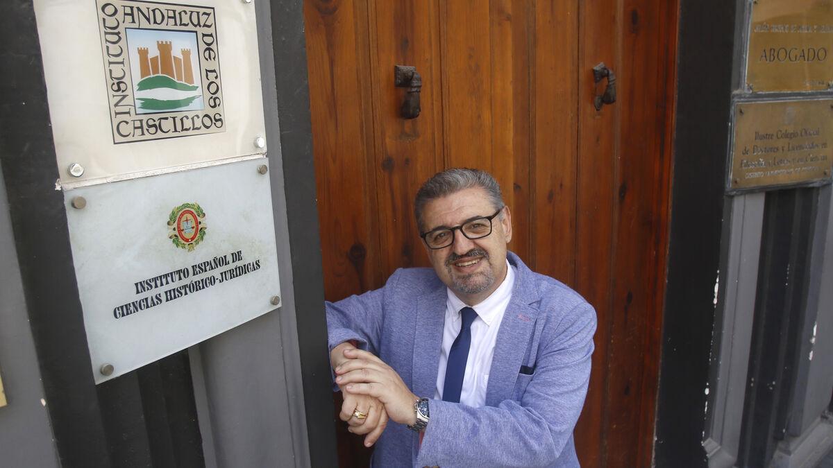Julián Hurtado de Molina posa en la sede del Instituto Andaluz de los Castillos.