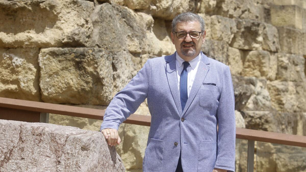 Julián Hurtado de Molina junto a las ruinas del Templo Romano.