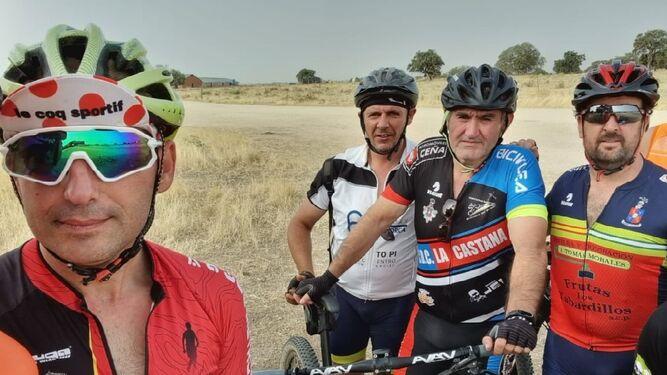 José Manuel Flores (izq), junto a amigos de clubes de ciclismo de Los Pedroches.