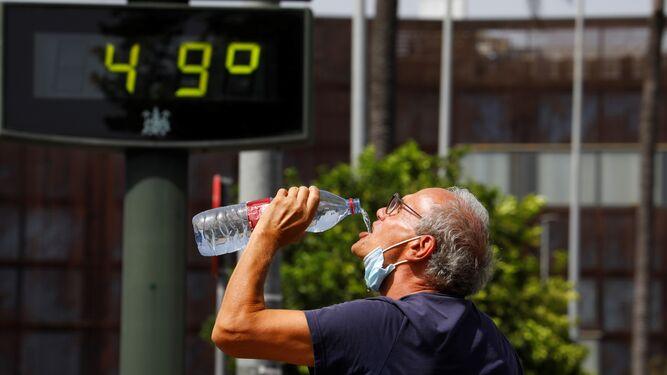 Joder! qué calor! - Página 17 Hombre-botella-Cordoba-termometro-grados_1601250492_142518979_667x375