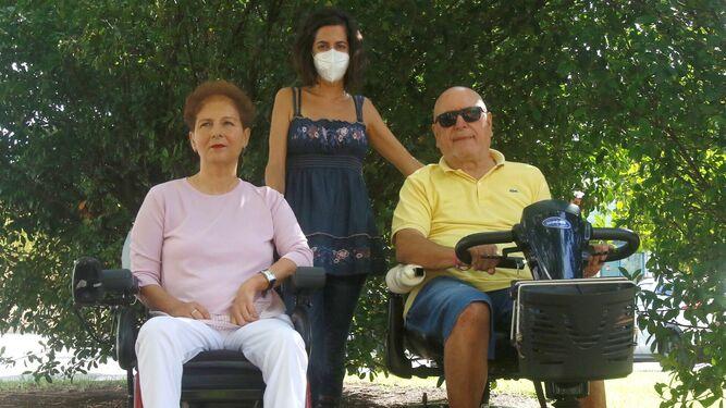 Toñi Yeste y Rafael Jiménez, junto a Carolina Fernández (centro), trabajadora social de Acoda.