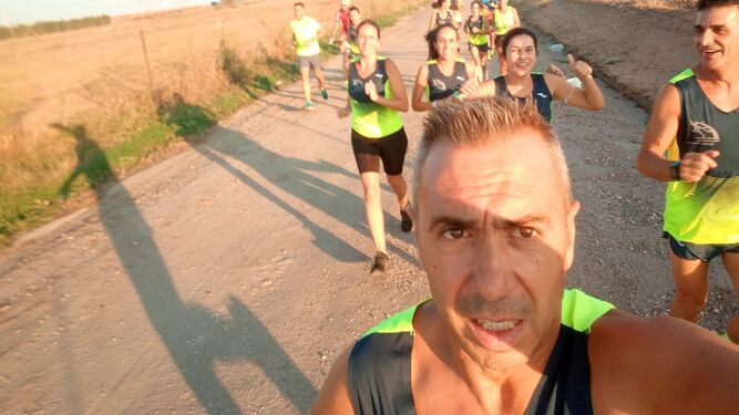 Un grupo de participantes en la Acumulación Kilométrica por la ataxia, en plena carrera.