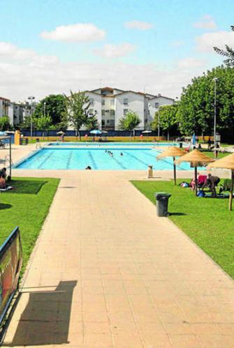 Las piscinas municipales abren con una subida en los for Piscina municipal cordoba